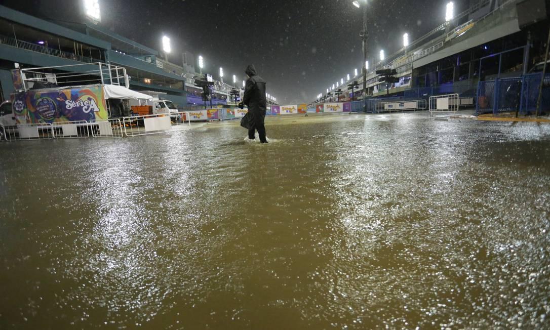 Chuva no Sambódromo Foto: Márcio Alves / Agência O Globo