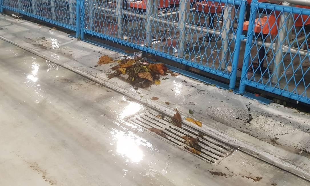 Lixo retirado de ralo entre os setores 9 e 11 do sambódromo Foto: Luiz Ernesto Magalhães / Agência O Globo