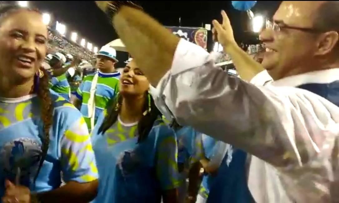Governador Wilson Witzel dança com integrantes da bateria da Rocinha Foto: Agência O Globo