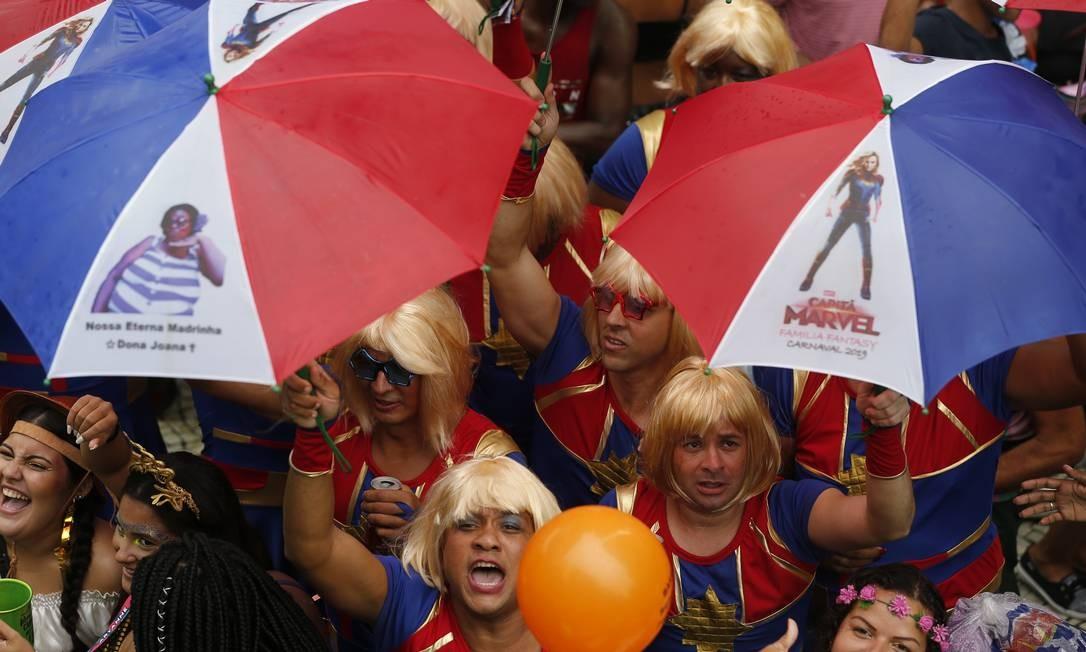 Um grupo de super-heroínas brinca durante o desfile do Bola Preta, no Centro Foto: Pablo Jacob / Pablo Jacob