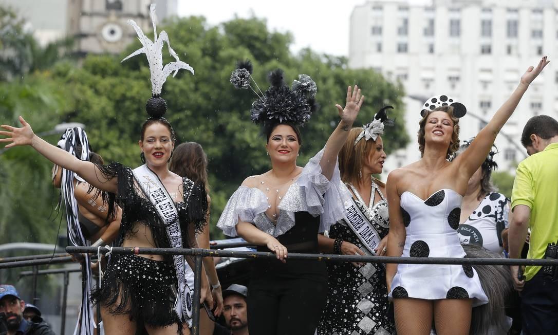 Leandra Leal, porta-bandeira, Maria Rita, a madrinha, e Paola Oliveira, rainha, animam o bloco de cima do trio Foto: Pablo Jacob / Agência O Globo