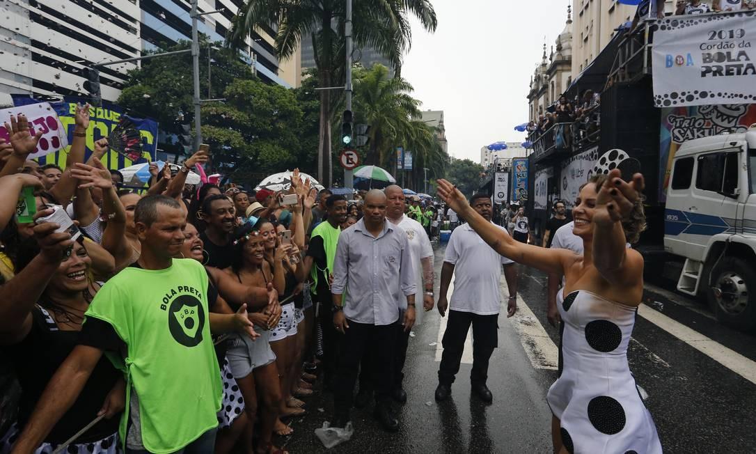 Simpática, Paolla distribuiu sorrisos e fez a alegria do povo que gritava o nome dela Foto: Pablo Jacob / Pablo Jacob