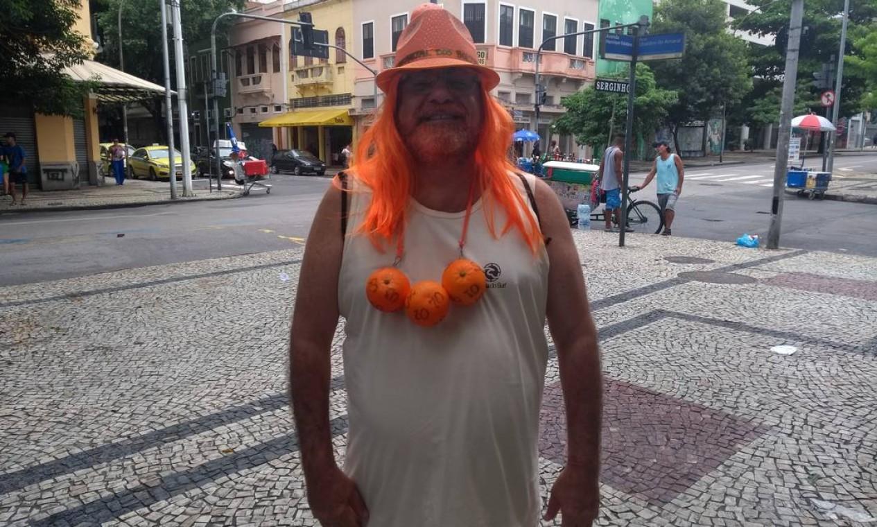 O professor de história Nelson Ricardo também lembrou o escândalo que envolveu o ex-assessor de Flávio Bolsonaro, em tom de protesto, noMultibloco Foto: Naise Domingues