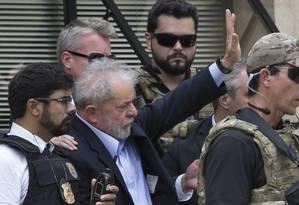 Ao chegar ao local do velório do neto, o ex-presidente acenou para o público, enquanto a PM montou uma cordão de isolamento Foto: Edilson Dantas / Agência O Globo