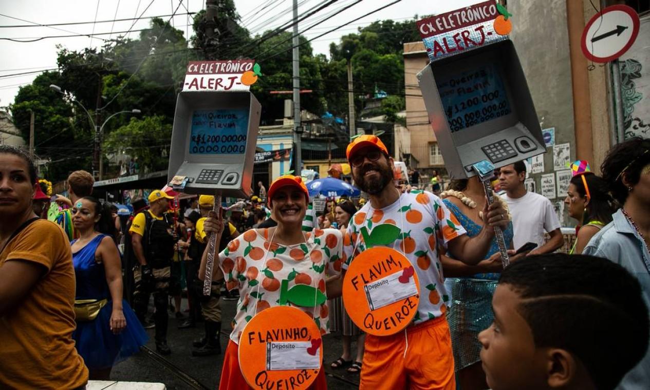 Ainda no Céu na Terra, o escândalo de laranjas envolvendo a família Bolsonaro também serviu de ideia para um casal de foliões Foto: Brenno Carvalho / Agência O Globo
