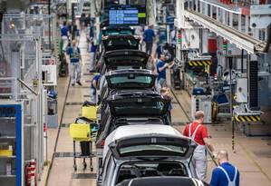 Linha de montagem em fábrica da Volkswagen em Wolfsburg, na Alemanha Foto: JOHN MACDOUGALL / AFP
