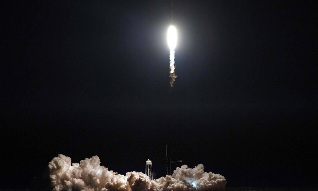 O foguete SpaceX Falcon 9 com, levando a bordo a espaçonave Crew Dragon, decola durante a missão Demo-1, no Centro Espacial Kennedy, na Flórida Foto: JIM WATSON / AFP