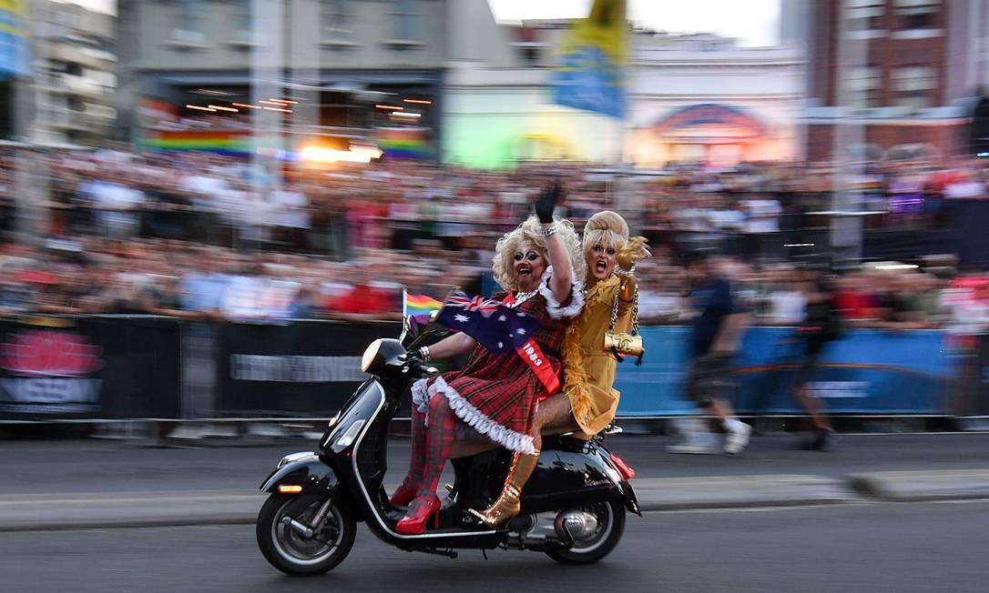 Participantes de um rally de motocicletas durante o desfile anual do Mardi Gras Gay e Lésbico, em Sydney, na Autrália. Milhares de pessoas participaram do festival icônico que celebra a igualdade sexual no coração da maior cidade australiana Foto: SAEED KHAN / AFP