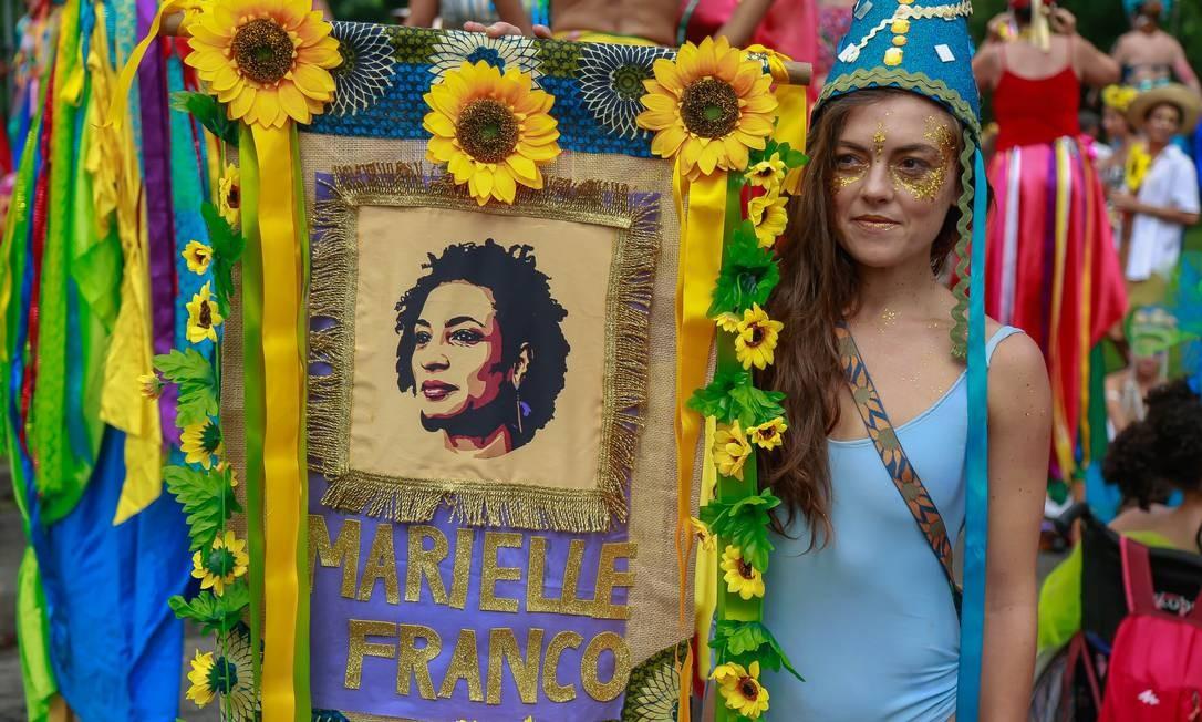 Uma foliã homenageia a vereadora Marielle Franco, assassinada um ano atrás Foto: Marcelo Regua / Marcelo Regua
