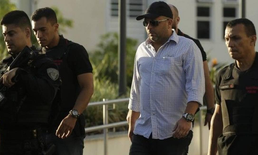 O oficial ( de branco) logo após ser preso, durante operação os intocáveis Foto: Gabriel de Paiva/Agência O Globo / Agência O Globo