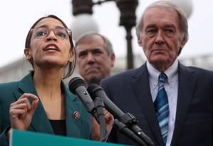 A congressista Alexandria Ocasio-Cortez e o senador Ed Markey durante a apresentação do