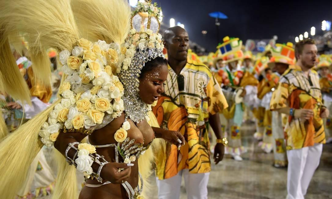 Destaque de chão samba e canta samba-enredo que lembrou orixás e a quadra da escola Foto: Diego Mendes / Agência O Globo