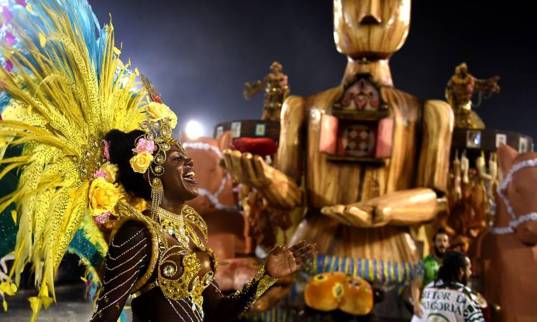 Destaque de chão da Cubango interage com público à frente de alegoria Foto: Diego Mendes / Agência O Globo