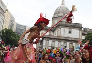 Uma bruxinha pernalta no cortejo do Boi Tolo Foto: Marcia Foletto / Agência O Globo