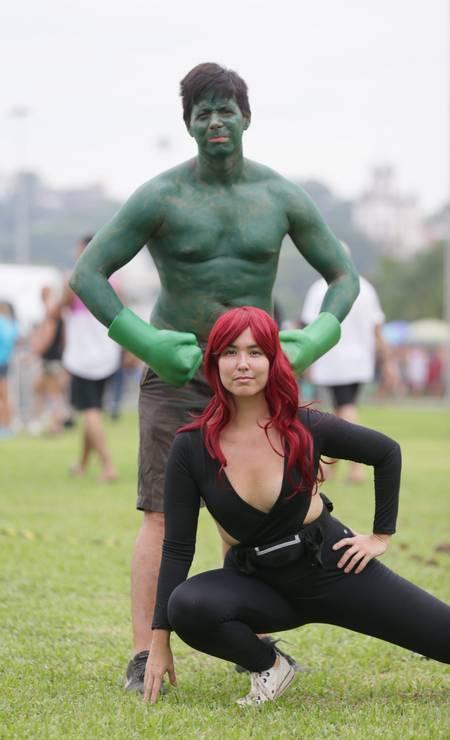 Hulk e Viúva Negra, heróis das histórias em quadrinhos da Marvel deram o ar da graça no Aterro do Flamengo Foto: Cléber Júnior / Agência O Globo