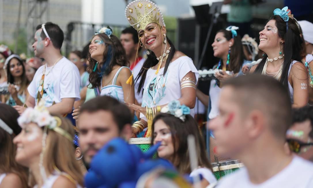 Banda mistura ritmos como samba, rock, maracatu e funk em seu repertório. Este ano, o tema presta homenagem à Mãe D'água. Isso porque o bloco nasceu em 1998, embaixo de muita chuva Foto: Cléber Júnior / Agência O Globo