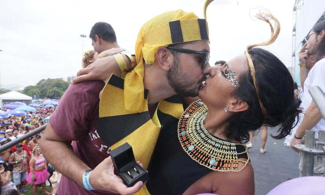 O folião Ricardo Barros pediu a mão de Tatiana Sanclair em casamento durante a apresentação do Bangalafumenga, no Aterro do Flamengo, diante de um público de mais de cem mil pessoas Foto: Cléber Júnior / Agência O Globo