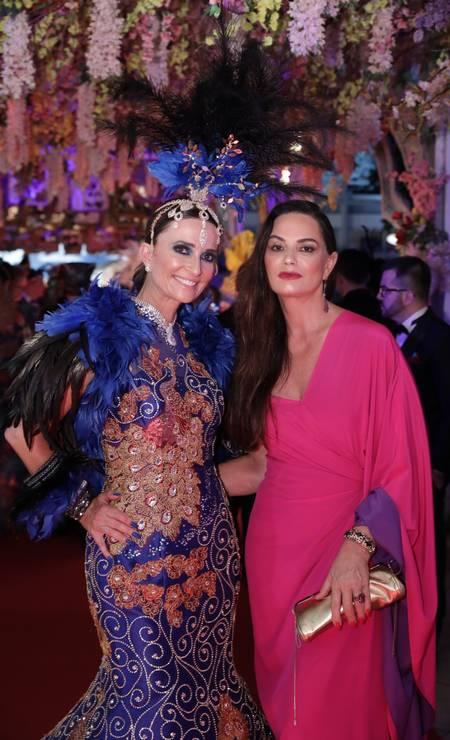 A diretora-geral do Copacabana Palace, Andrea Natal, usou um look assinado por Anderson Marttus e a modelo Luiza Brunet foi com um vestido de Marcelo Quadros Foto: Miguel Sá