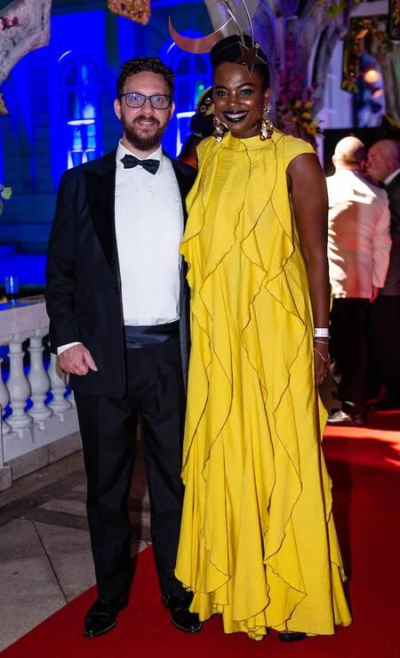 Louis e Luana Genot: a diretora do ID_BR selecionou um vestido da Apartamento 03 Foto: Miguel Sá