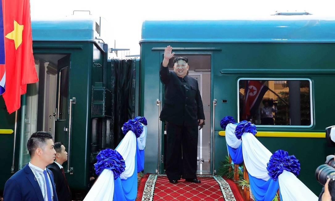 O líder da Coreia do Norte Kim Jong Un acena antes de embarcar em seu trem na estação de Dong Dang em Lang Son Foto: - / AFP
