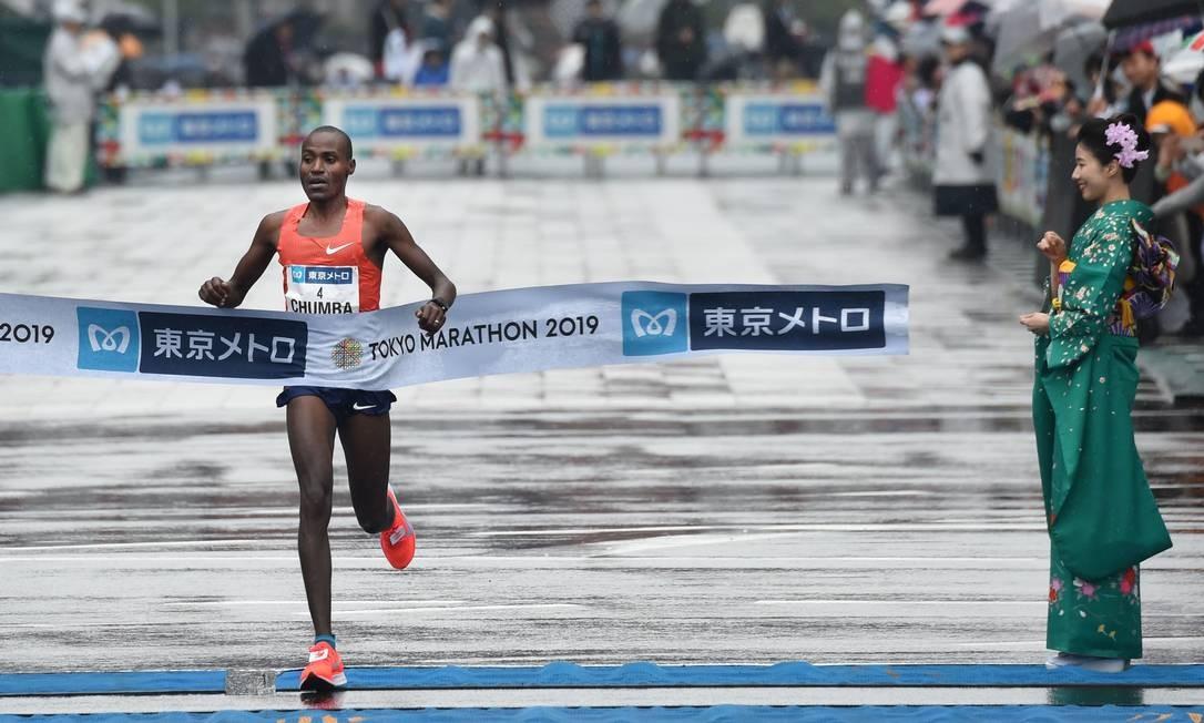 Dickson Chumba, do Quênia, cruza a linha de chegada na Maratona de Tóquio Foto: KAZUHIRO NOGI / AFP