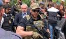 O agente da PF Danilo Campetti, usava um distintivo da polícia de Miami em seu colete durante a escolta do ex-presidente Lula no velório de seu neto, Arthur, em São Bernardo do Campo, no ABC Foto: Ricardo Stuckert / Institutlo Lula/Reuters