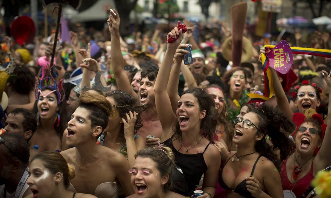 Foliões vibram com a apresentação do palco do Boitatá na Praça Quinze Foto: Márcia Foletto / Agência O Globo