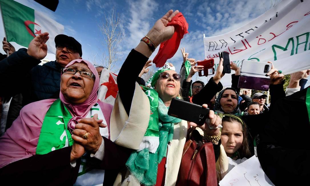 Manifestantes em protesto contra intenção do presidente da Algéria de se candidatar a quinto mandato em Marseille, na França Foto: GERARD JULIEN / AFP