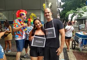 No Multibloco, a estudante Ana Carolina Rodrigues e o bancário André Milagres brincavam com o mau tempo e com um meme que viralizou na internet Foto: Naíse Domingues