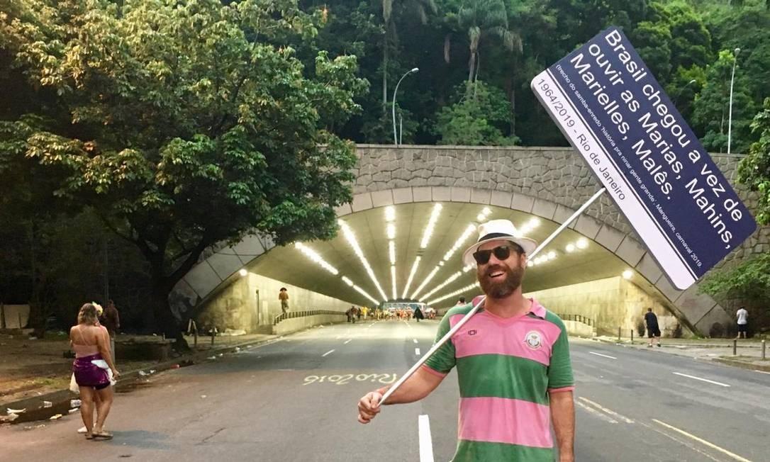 O ator Pedro Monteiro com a placa em homenagem à Mangueira e à Marielle Foto: Arquivo pessoal