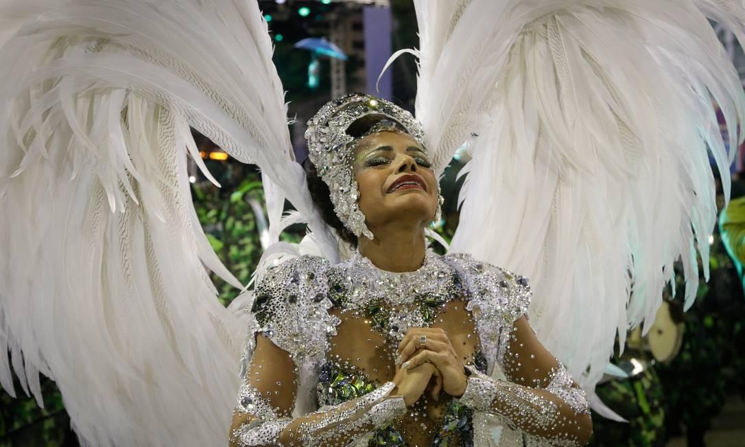 Quitéria Chagas, rainha de bateria da Império, se emociona durante o desfile. Ela usou antiderrapante nos pés em função da chuva Foto: Antonio Scorza / Agência O Globo