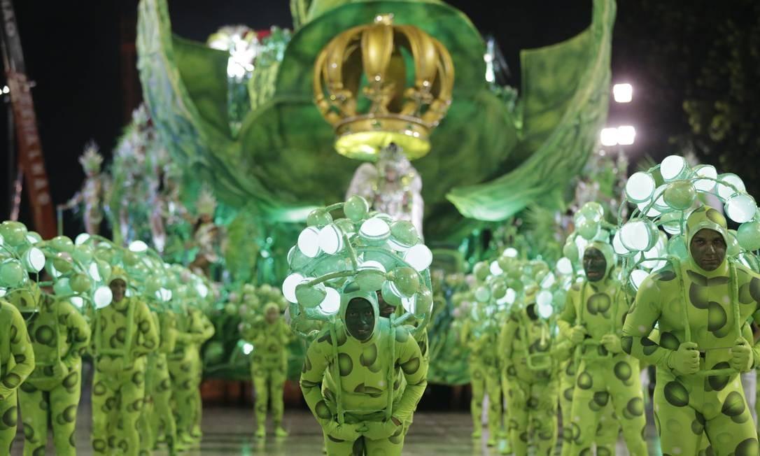 Abre-alas 'Ela é a batida de um coração' da Império foi um grande coração, simbolizando o pulsar da vida Foto: Terceiro / Agência O Globo