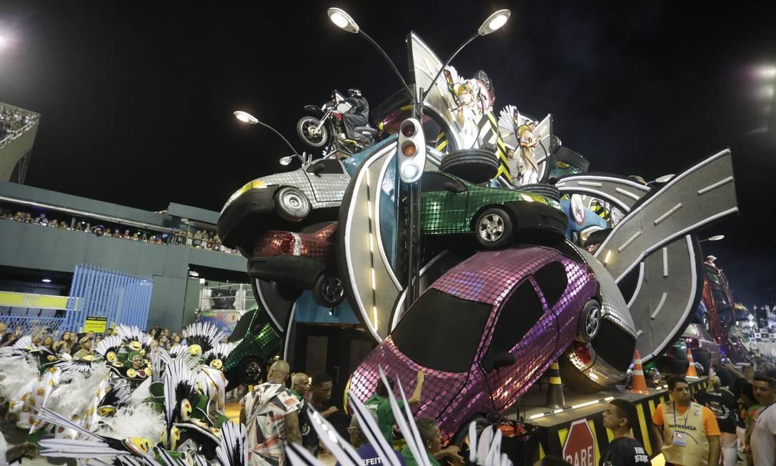 Carros de verdade foram utilizados em ala sobre a falta de respeito no trânsito Foto: Márcio Alves / Agência O Globo