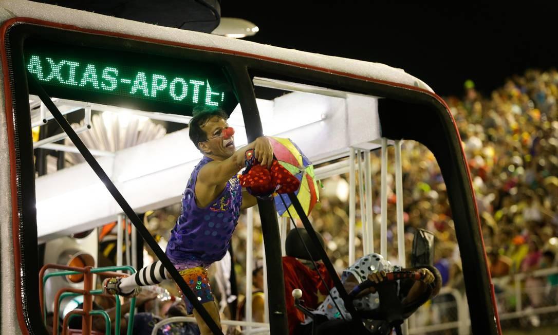 Alegoria de ônibus levou a escola de Duque de Caxias, na Baixada, à Apoteóse Foto: Antonio Scorza / Agência O Globo