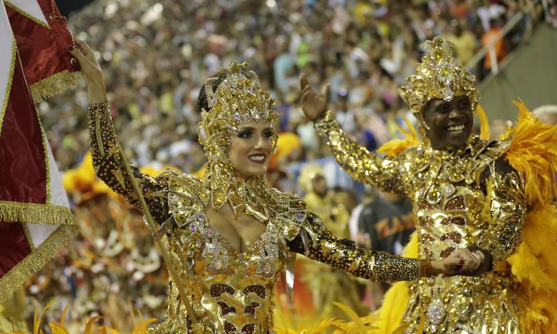 Representando a simbologia do camaleão dourado, Sidclei Santos e Marcella Alves brilharam na Avenida Foto: Márcio Alves / Márcio Alves