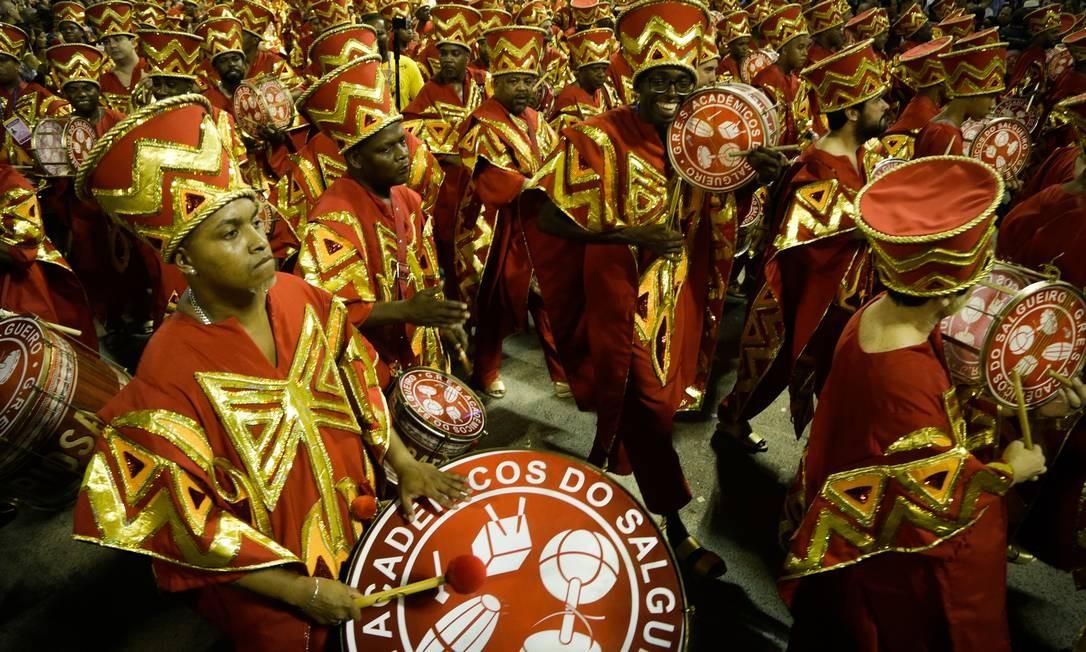 A Bateria Furiosa desfilou com a roupa dos Ojuobás, sacerdotes do culto a Xangô Foto: Antonio Scorza / Agência O Globo