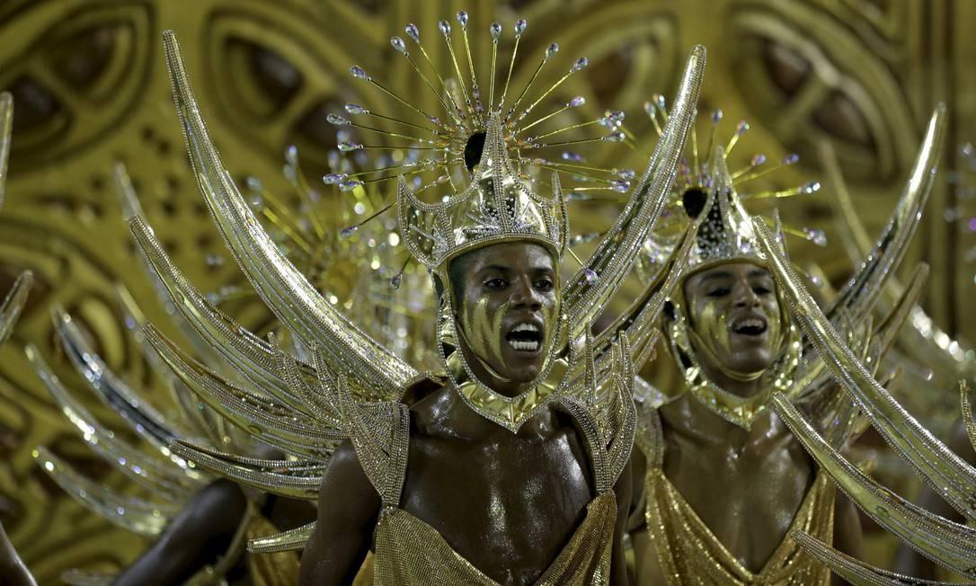 Escola 'abusou' do dourado no desfile, que homenageou Xangô Foto: Márcio Alves / Márcio Alves