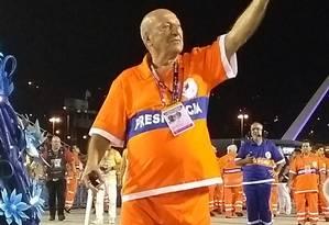 O presidente de honra da Beija-Flor, Anísio Abraão, desfila fantasiado de gari Foto: Juliana Castro / O Globo