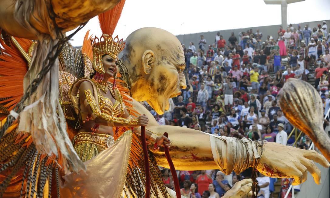 """Destaque samba em cima do carro """"Pão e Circo"""", da Tijuca Foto: Domingos Peixoto / Agência O Globo"""