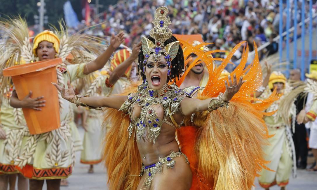Destaque de chão da ala 'Os Egícpios', Ana Paula Evangelista mostrou samba no pé Foto: Domingos Peixoto / Agência O Globo