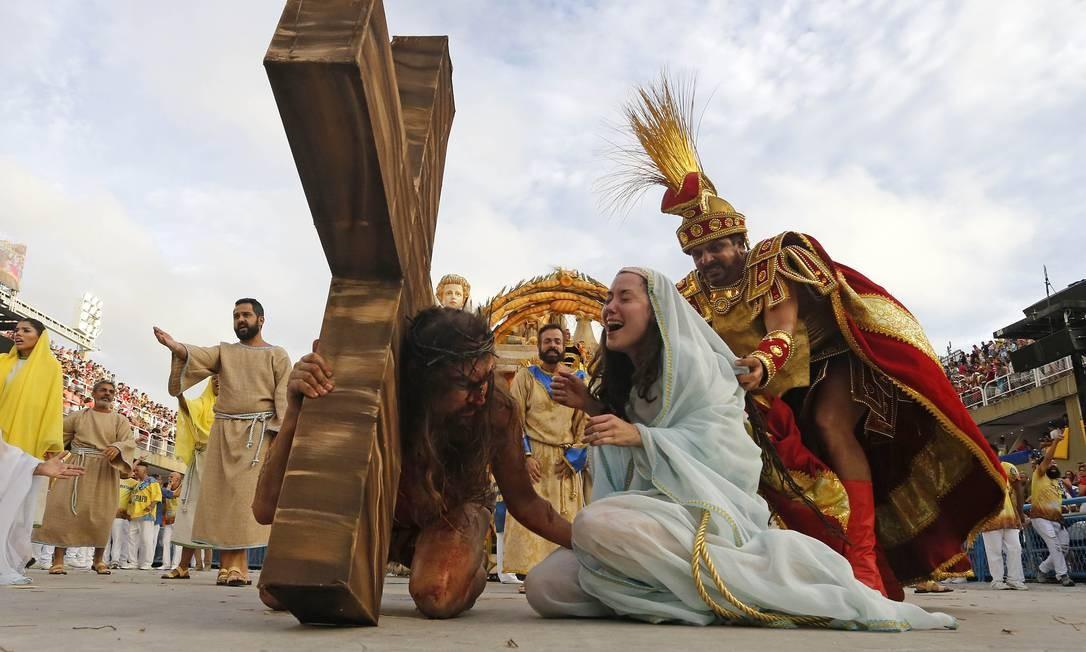 O ato da Via Crúcis: componente representa o sofrimento de Jesus na Marquês de Sapucaí Foto: Domingos Peixoto / Agência O Globo