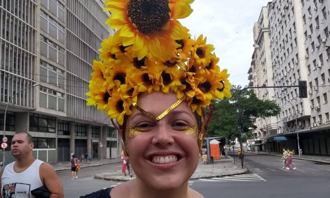Foliona Natasha Pinto preparou adereço de girassol antes de ir para o bloco Vem Cá, Minha Flor Foto: Alice Cravo