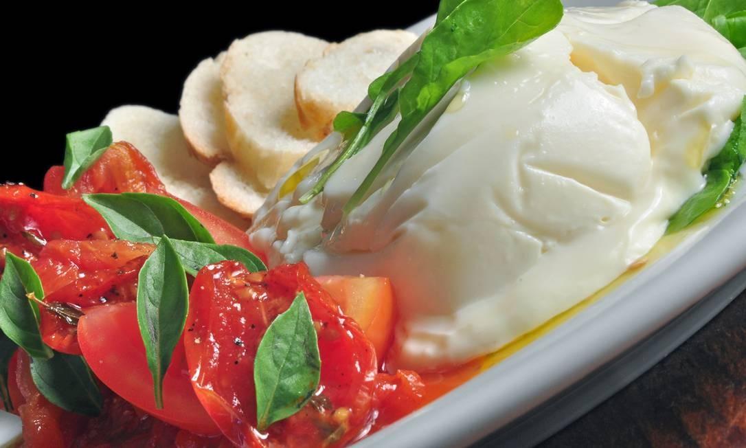 Bar Leblon. Burrata com marmelada de tomate, manjericão fresco, broto de rúcula, saladinha de tomate e torradas da casa Foto: Rio ARtcom / Divulgação