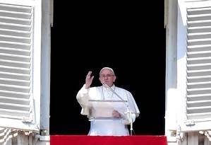 Papa Francisco abençoa os fiéis da janela do Palácio Apostólico durante a oração semanal do Angelus em 3 de março de 2019 na praça de São Pedro, no Vaticano Foto: TIZIANA FABI / AFP