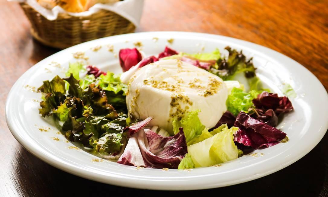 Bergut. No bistrô no Castelo, a burrata é servida com salada verde e molho de alcaparras com certinha de pães Foto: Oseias Barbosa / Divulgação