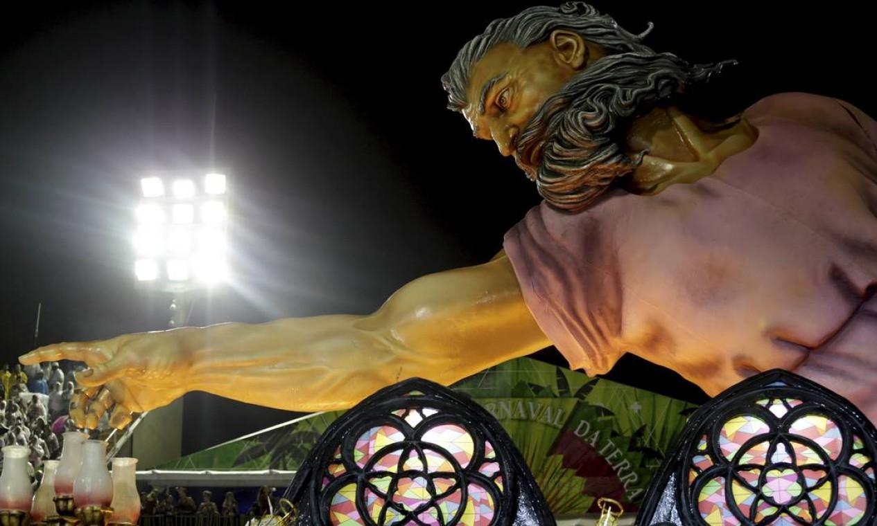 """O segundo carro da Império Serrano representou a célebre pintura """"A Criação de Adão"""", de Michelangelo. Foto: Gabriel de Paiva / Agência O Globo"""
