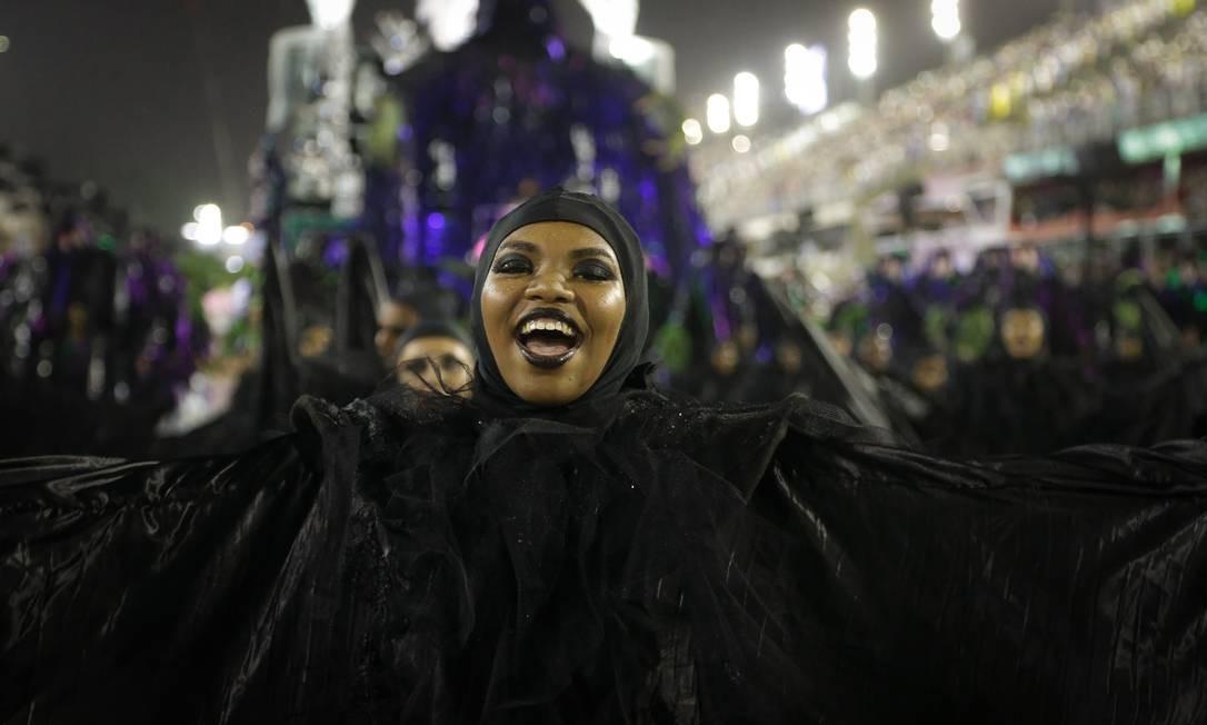 Integrante da Império Serrano veste fantasia que representa os sofrimentos da vida Foto: Antonio Scorza / Agência O Globo