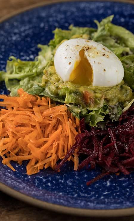 Fresh & Good Foto: Fresh & Good. Salada de ovo mollet, guacamole, beterraba, cenoura e folhas verdes. / Divulgação