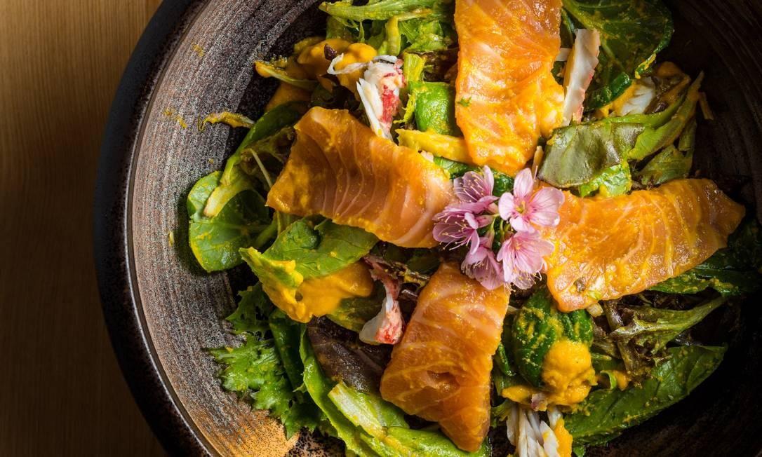 Naga. Salada Nagayama: centolla, salmão, folhas e molho à base de cenoura Foto: Tomás Rangel / Divulgaçao