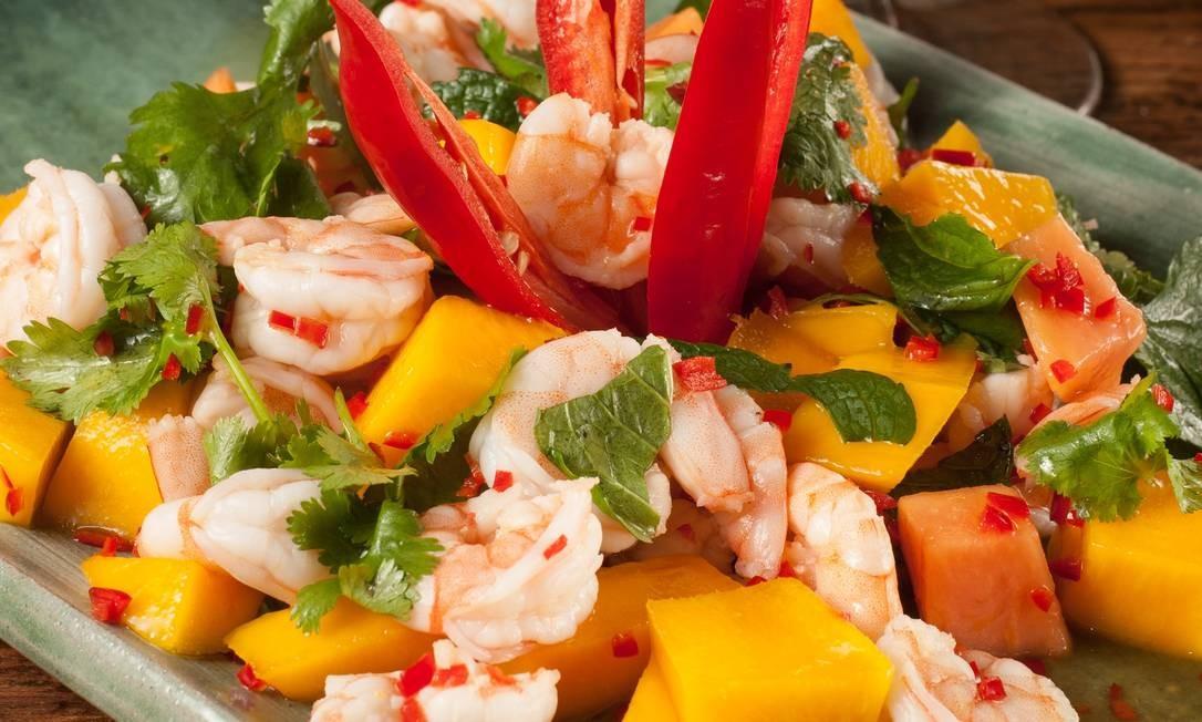 Nam Thai. Yam Kung Mammuang: salada picante de camarão, manga e papaia, com coentro e o hortelã. Foto: Felipe Borges / Divulgação